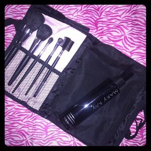 NWOT MaryKay brush on beautiful set.